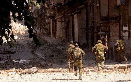 Chien su Aleppo: Phien quan bi vay khon, bat dau theo nhau ha sung dau hang - Anh 1