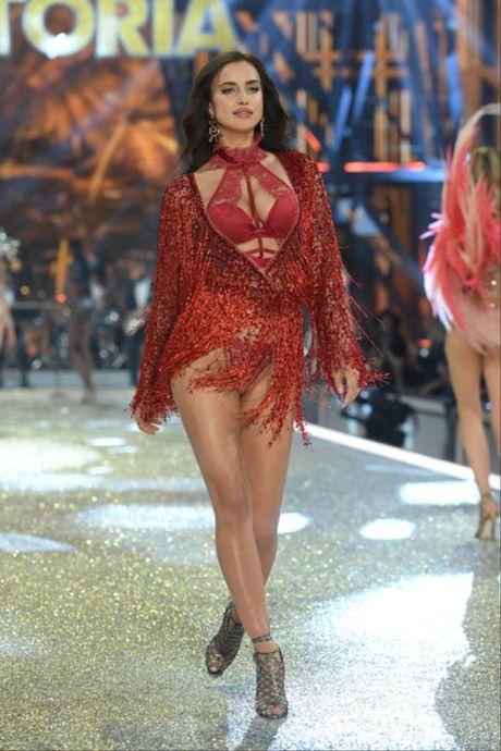 30 tuoi, dinh tin don bau bi, Irina Shayk lan dau dien cho Victoria's Secret show - Anh 3