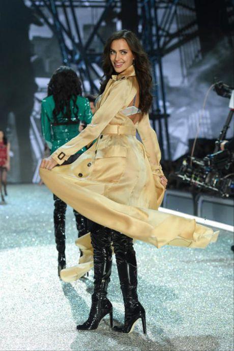 30 tuoi, dinh tin don bau bi, Irina Shayk lan dau dien cho Victoria's Secret show - Anh 4