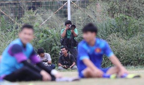 Truyen thong Indonesia quan tam dac biet thay tro Huu Thang - Anh 1