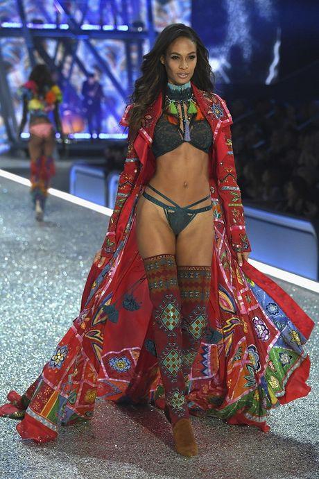 Nhung hinh anh nong bong tu Victoria's Secret Fashion Show 2016 - Anh 11