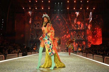 Nhung hinh anh nong bong tu Victoria's Secret Fashion Show 2016 - Anh 12
