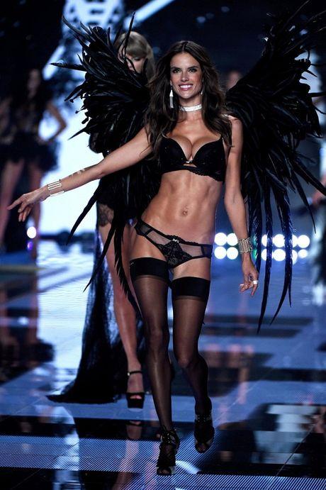 Nhung hinh anh nong bong tu Victoria's Secret Fashion Show 2016 - Anh 3