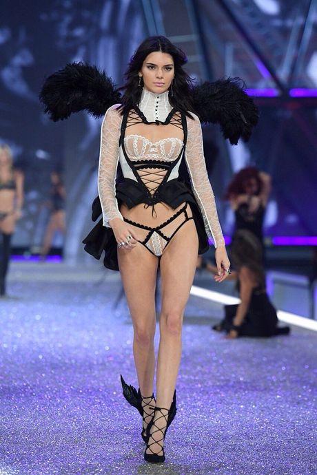Nhung hinh anh nong bong tu Victoria's Secret Fashion Show 2016 - Anh 8