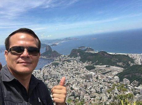 Bi kich gia dinh phi cong may bay cho doi bong Brazil - Anh 1
