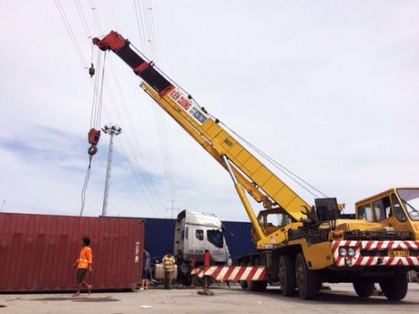 Thung container 40 feet vang ra duong khi xe om cua - Anh 1