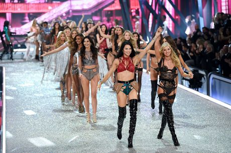 Nhung man trinh dien boc lua nhat Victoria's Secret Show - Anh 1