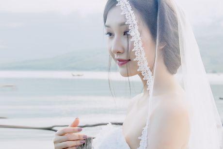 Hoa khoi Hue Ngoc Tran goi cam trong loat vay cuoi ren - Anh 2