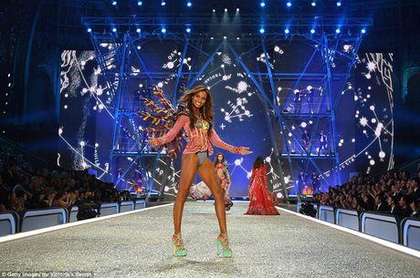 Dan nguoi mau nong bong tren san dien Victoria's Secret 2016 - Anh 8