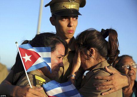 Nguoi dan Cuba dung kin ben duong khoc tien biet Lanh tu Fidel Castro - Anh 12