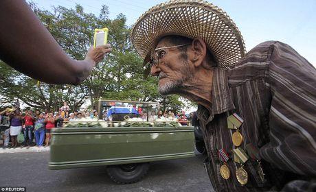 Nguoi dan Cuba dung kin ben duong khoc tien biet Lanh tu Fidel Castro - Anh 17