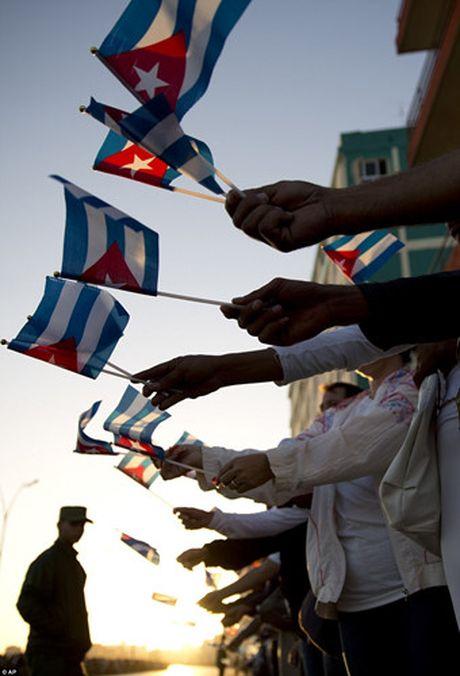 Nguoi dan Cuba dung kin ben duong khoc tien biet Lanh tu Fidel Castro - Anh 1