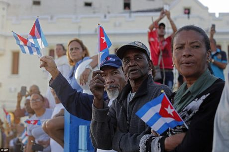 Nguoi dan Cuba dung kin ben duong khoc tien biet Lanh tu Fidel Castro - Anh 6
