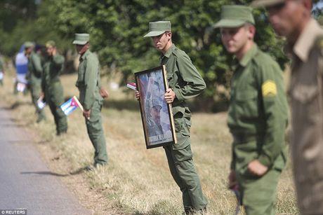 Nguoi dan Cuba dung kin ben duong khoc tien biet Lanh tu Fidel Castro - Anh 7