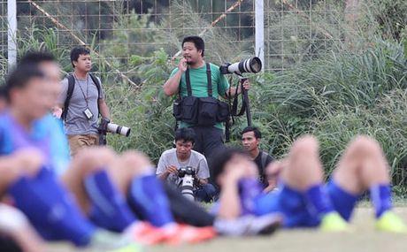 HLV Huu Thang kho chiu vi bi phong vien Indonesia lam phien - Anh 1