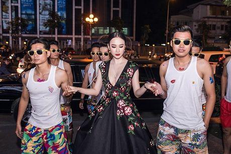 Angela Phuong Trinh tiep tuc 'lam lo' voi dan ve si quan hoa - Anh 2