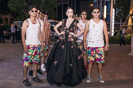 Angela Phuong Trinh tiep tuc 'lam lo' voi dan ve si quan hoa - Anh 3