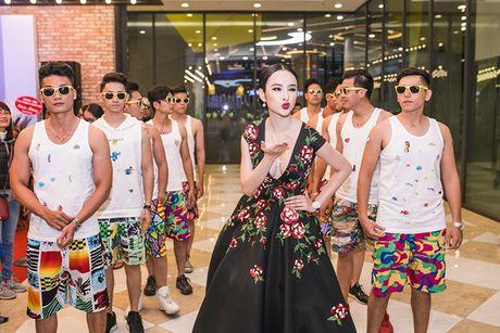 Angela Phuong Trinh tiep tuc 'lam lo' voi dan ve si quan hoa - Anh 4