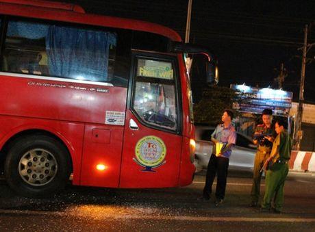 Hang chuc hanh khach hoang loan vi xe bi dap pha - Anh 1