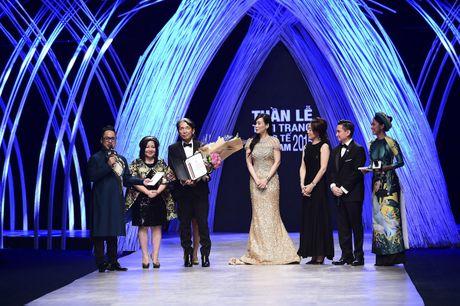 "Ba Trang Le cung NTK Nguyen Cong Tri chinh thuc len duong sang London tham du ""bua tiec thoi trang"" - Anh 2"