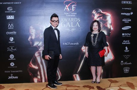 "Ba Trang Le cung NTK Nguyen Cong Tri chinh thuc len duong sang London tham du ""bua tiec thoi trang"" - Anh 4"