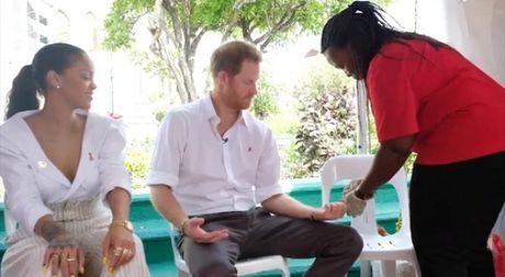 Clip Hoang tu xu suong mu Harry va ca si Rihanna lam xet nghiem HIV - Anh 1