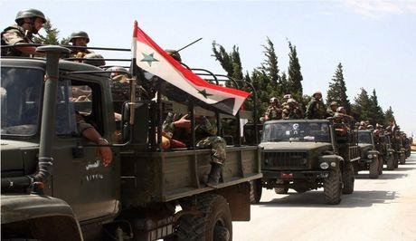 Quan doi Syria don binh luc tan cong phien quan o ngoai vi Damascus (video) - Anh 1