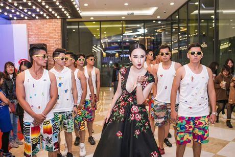 Angela Phuong Trinh dien trang suc 2 ty, khoe nguc khung giua thoi tiet lanh gia - Anh 3