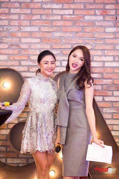 Deo trang suc 2 ty, Angela Phuong Trinh di cung dan ve si 'khong giong ai' tai hop bao phim - Anh 10