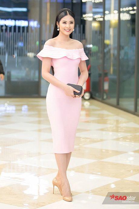 Deo trang suc 2 ty, Angela Phuong Trinh di cung dan ve si 'khong giong ai' tai hop bao phim - Anh 12