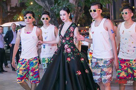 Deo trang suc 2 ty, Angela Phuong Trinh di cung dan ve si 'khong giong ai' tai hop bao phim - Anh 2
