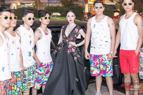 Deo trang suc 2 ty, Angela Phuong Trinh di cung dan ve si 'khong giong ai' tai hop bao phim - Anh 3