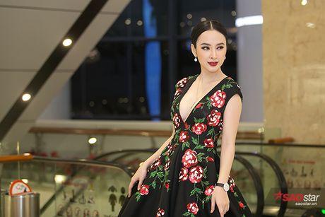 Deo trang suc 2 ty, Angela Phuong Trinh di cung dan ve si 'khong giong ai' tai hop bao phim - Anh 5