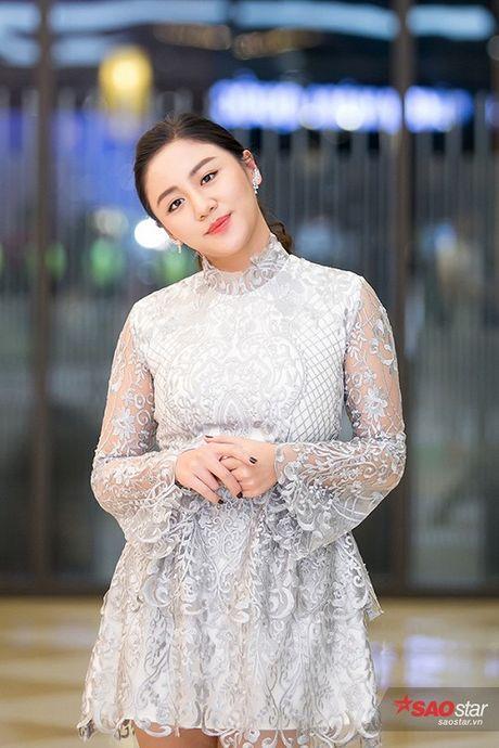 Deo trang suc 2 ty, Angela Phuong Trinh di cung dan ve si 'khong giong ai' tai hop bao phim - Anh 9