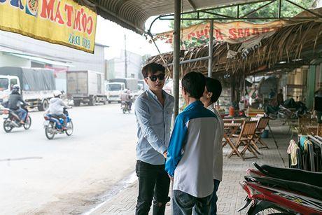 Ho Quang Hieu trao 20 trieu dong cho chang trai ban keo keo co giong hat giong minh - Anh 2