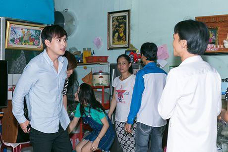 Ho Quang Hieu trao 20 trieu dong cho chang trai ban keo keo co giong hat giong minh - Anh 3