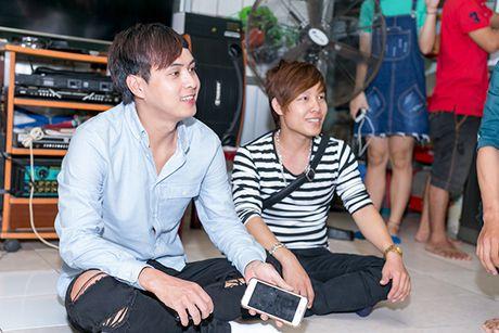 Ho Quang Hieu trao 20 trieu dong cho chang trai ban keo keo co giong hat giong minh - Anh 4