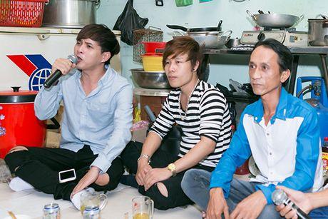 Ho Quang Hieu trao 20 trieu dong cho chang trai ban keo keo co giong hat giong minh - Anh 5