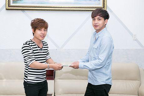 Ho Quang Hieu trao 20 trieu dong cho chang trai ban keo keo co giong hat giong minh - Anh 6