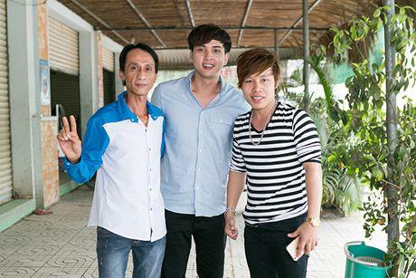 Ho Quang Hieu trao 20 trieu dong cho chang trai ban keo keo co giong hat giong minh - Anh 7