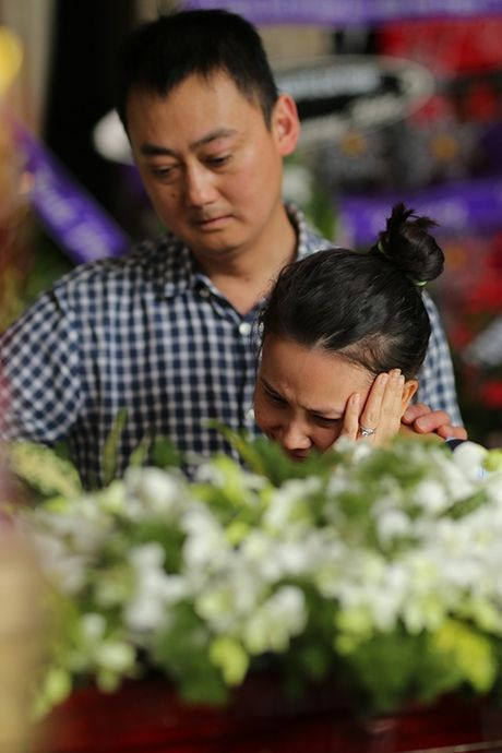 Con gai NSUT Quang Ly tu Dan Mach ve khoc nac trong dam tang cha - Anh 3