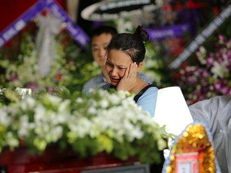 Con gai NSUT Quang Ly tu Dan Mach ve khoc nac trong dam tang cha - Anh 4