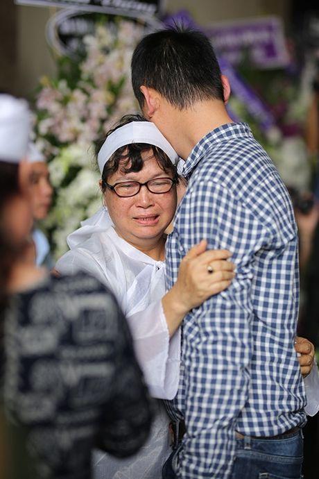 Con gai NSUT Quang Ly tu Dan Mach ve khoc nac trong dam tang cha - Anh 6
