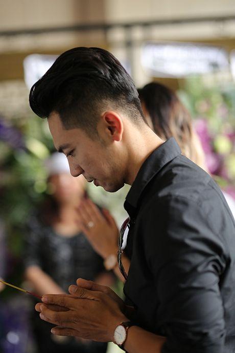 Con gai NSUT Quang Ly tu Dan Mach ve khoc nac trong dam tang cha - Anh 7