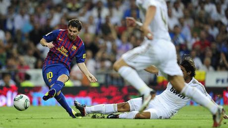 Diem lai nhung 'dau giay' cua Messi trong cac tran Sieu kinh dien - Anh 9