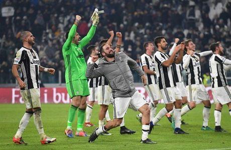 Nguoi Roma da giuong co trang truoc Juventus. - Anh 1