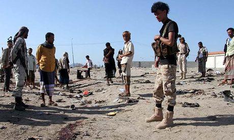 Danh bom lieu chet o Yemen, hon 100 nguoi thuong vong - Anh 1