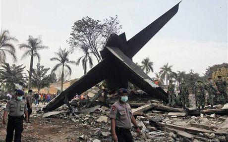 Indonesia: Roi may bay van tai, 13 nguoi chet - Anh 1