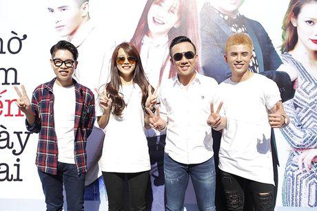 Tran Thanh bat chap nang nong nhay flashmob nao loan duong pho - Anh 1