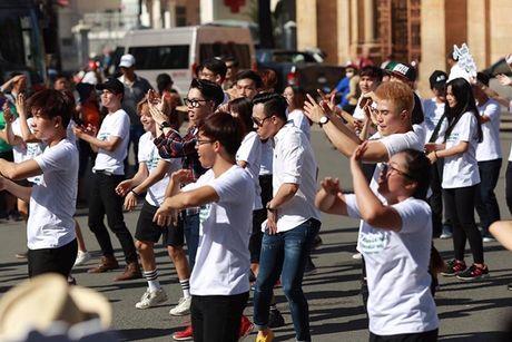 Tran Thanh bat chap nang nong nhay flashmob nao loan duong pho - Anh 2